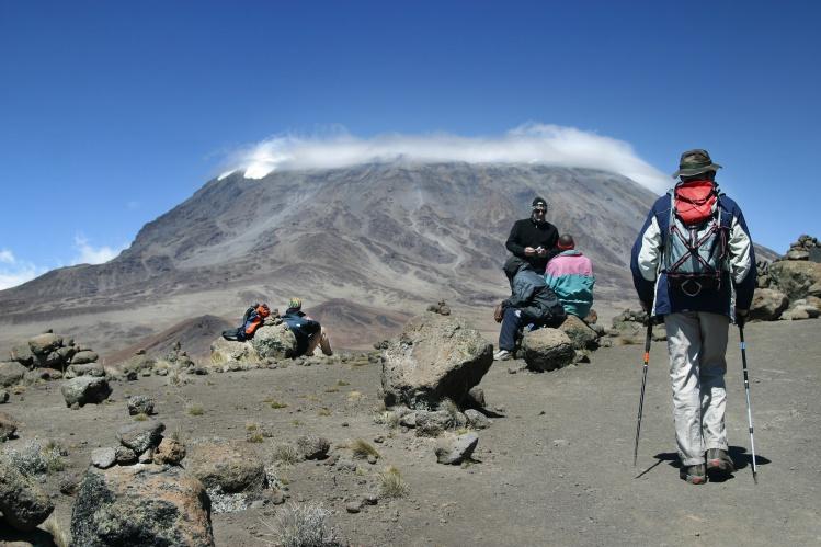 randonneurs au pied du kilimandjaro